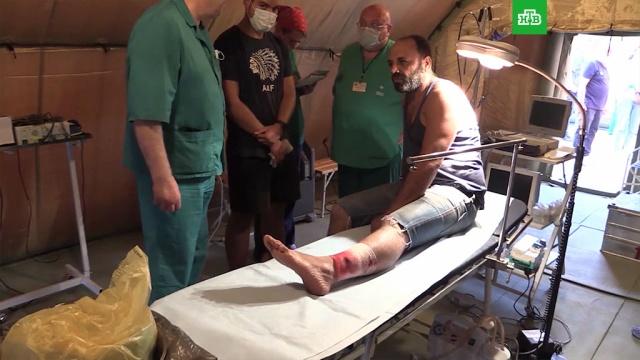 Пострадавшие жители Бейрута благодарят российских медиков.Мобильный госпиталь МЧС России, который развернули на футбольном поле в Бейруте, принял первых пациентов.Ливан, взрывы, расследование.НТВ.Ru: новости, видео, программы телеканала НТВ