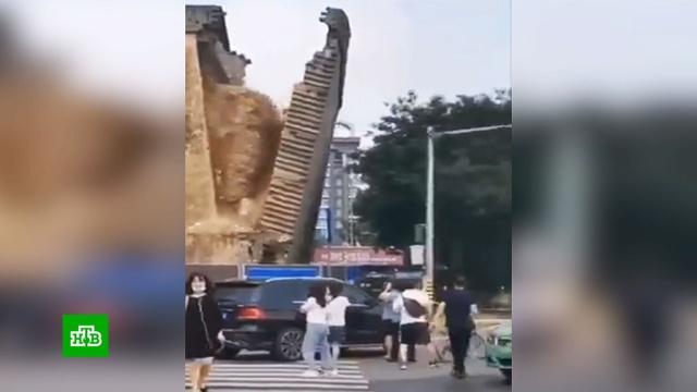 В Китае крепостная стена рухнула на едущие машины и покалечила людей.Полиция разбирается в обстоятельствах серьезного инцидента, произошедшего на северо-западе Китая. В городе Сиане, которому больше 3 тысяч лет и который считается одним из древнейших городов страны, обрушился фрагмент уникальной крепостной стены.Китай, обрушение.НТВ.Ru: новости, видео, программы телеканала НТВ