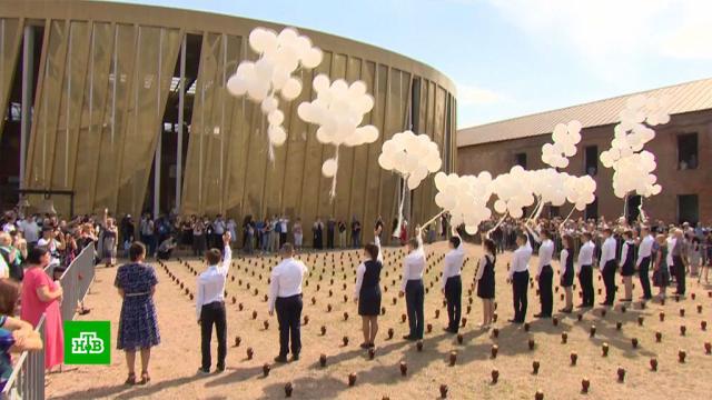 ВБеслане впамять ожертвах теракта внебо выпустили воздушные шары.Беслан, памятные даты, терроризм, школы.НТВ.Ru: новости, видео, программы телеканала НТВ