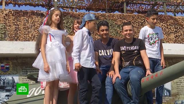 Российские летчики устроили для сирийских школьников экскурсию ипоказали им военную технику.Сирия, армия и флот РФ, войны и вооруженные конфликты.НТВ.Ru: новости, видео, программы телеканала НТВ