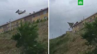 Во Владивостоке сильнейший за полвека ураган срывает крыши домов ивалит деревья