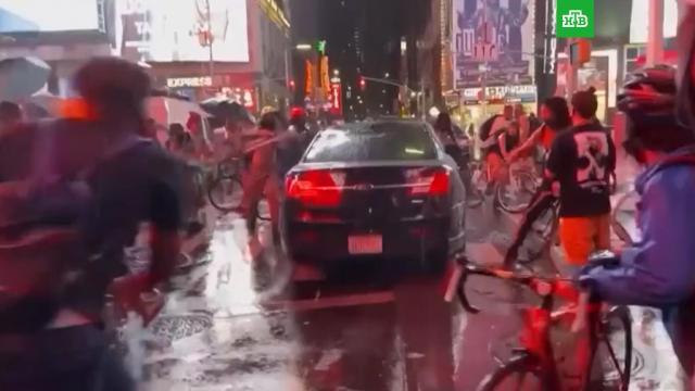Машина въехала в толпу протестующих в Нью-Йорке.Нью-Йорк, США, автомобили, митинги и протесты.НТВ.Ru: новости, видео, программы телеканала НТВ