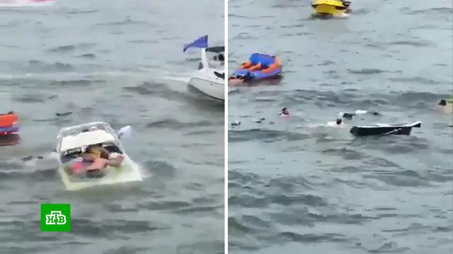 Несколько лодок затонули и разбились о камни на параде в поддержку Трампа в Техасе.США, Трамп Дональд, выборы, кораблекрушения, несчастные случаи, реки и озера.НТВ.Ru: новости, видео, программы телеканала НТВ