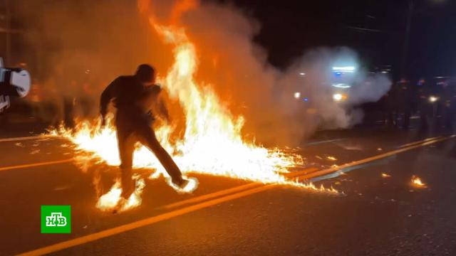 Атаковавший полицию демонстрант случайно поджег сам себя.США, беспорядки, митинги и протесты, полиция.НТВ.Ru: новости, видео, программы телеканала НТВ