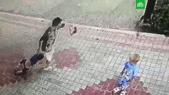 Женщина протащила ребенка по асфальту ибросила вкусты