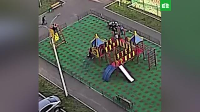 Мужчина избил ребенка на детской площадке в Башкирии.Башкирия, дети и подростки, драки и избиения, жестокость, нападения.НТВ.Ru: новости, видео, программы телеканала НТВ