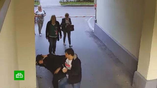 Жильцы столичной многоэтажки годами воюют за власть над шлагбаумами.Москва, парковка.НТВ.Ru: новости, видео, программы телеканала НТВ