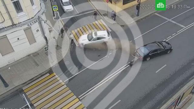 В центре Москвы автомобиль протаранил людей на тротуаре.ДТП, Москва.НТВ.Ru: новости, видео, программы телеканала НТВ