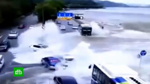 Прилив смыл машины сдамбы вКитае.Китай, наводнения, погодные аномалии, стихийные бедствия.НТВ.Ru: новости, видео, программы телеканала НТВ