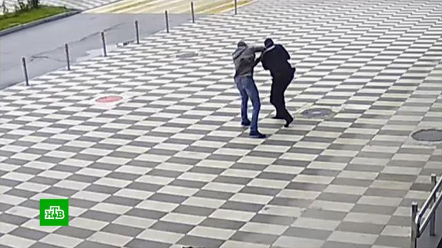 Пьяный пассажир избил полицейского ваэропорту Красноярска.Красноярск, дебоширы, драки и избиения.НТВ.Ru: новости, видео, программы телеканала НТВ