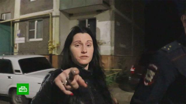 Соседи курской «яжематери» рассказали о ее пристрастии к алкоголю.Жительница Курска Екатерина Замыцкая, пообещавшая забить сына в такси, буквально теряет над собой контроль, когда употребляет алкоголь. Об этом рассказали ее соседи. Они считают, что в таком состоянии женщина не осознает, что творит.такси, дети и подростки, семья, жестокость, полиция, драки и избиения, оскорбления, Курск.НТВ.Ru: новости, видео, программы телеканала НТВ