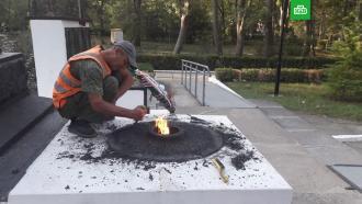 Вандалы сожгли венок на Вечном огне вКрыму