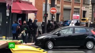 Мужчина изрезал прохожих уредакции Charlie Hebdo вПариже