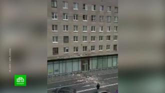 Петербурженка устроила «вещепад» ипарализовала движение троллейбусов