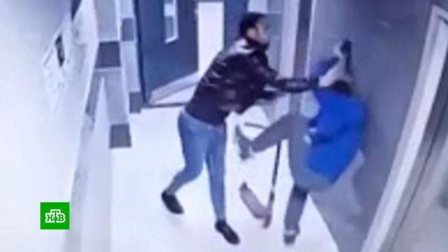 Избивший ребенка вподъезде мужчина выслеживал его несколько дней.Воронеж, дети и подростки, драки и избиения, скандалы.НТВ.Ru: новости, видео, программы телеканала НТВ