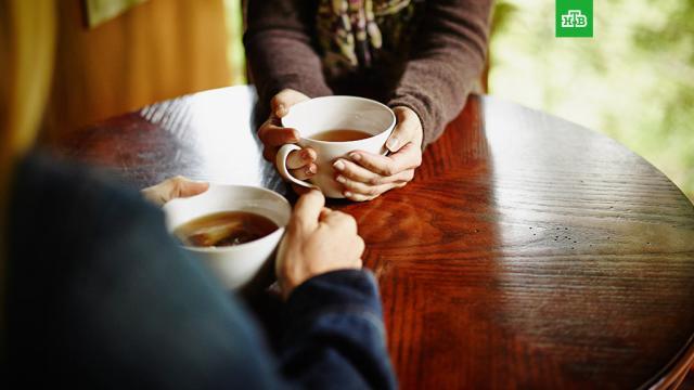 Врач рассказал о безопасной норме чая.В России чай — один из самых популярных напитков, который пьют утром, днем и вечером. По статистике, именно этот напиток, а не кофе, является главным источником кофеина в питании граждан.здоровье, напитки.НТВ.Ru: новости, видео, программы телеканала НТВ