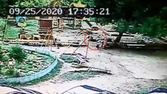 Школьник погиб, делая «солнышко» на качелях