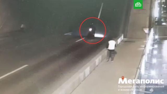 Байкер упал сразведенного моста вПетербурге.ДТП, Санкт-Петербург, мосты, мотоциклы и мопеды.НТВ.Ru: новости, видео, программы телеканала НТВ