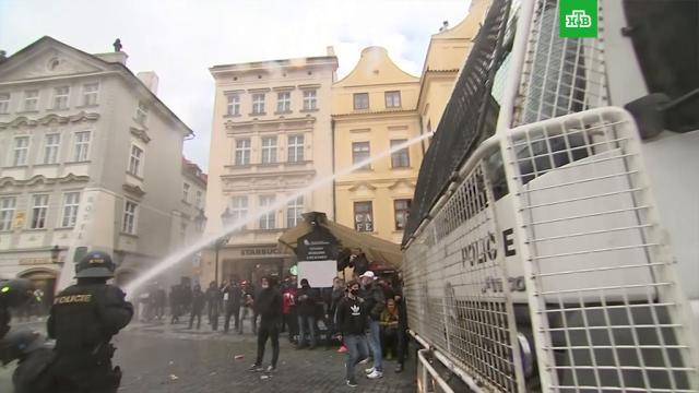 ВПраге водометами разогнали выступающих против COVID-ограничений спортивных фанатов.Чехия, беспорядки, демонстрации, коронавирус, митинги и протесты, фанаты, эпидемия.НТВ.Ru: новости, видео, программы телеканала НТВ