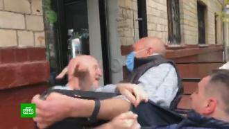 Владелец незаконной пекарни устроил драку с жильцами и журналистами НТВ.НТВ.Ru: новости, видео, программы телеканала НТВ