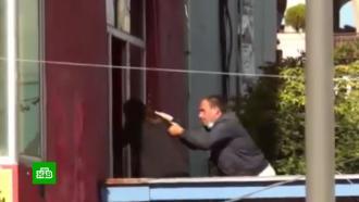 В Грузии удерживающий людей в банке преступник потребовал полмиллиона долларов.НТВ.Ru: новости, видео, программы телеканала НТВ