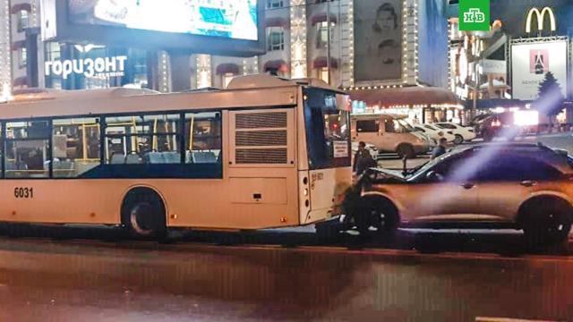 Водитель Infiniti бросил машину после ДТП с автобусом в Ростове-на-Дону.Водитель Infiniti врезался в рейсовый автобус и сбежал с места ДТП, бросив иномарку.ДТП, Ростов-на-Дону.НТВ.Ru: новости, видео, программы телеканала НТВ