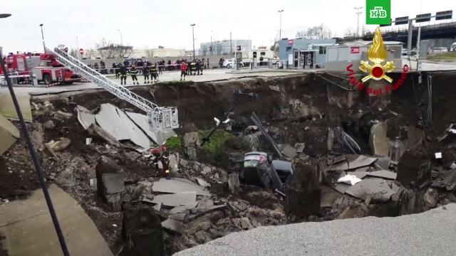 На месте взрыва убольницы вНеаполе образовалась огромная воронка.Италия, автомобили, больницы, взрывы, коронавирус.НТВ.Ru: новости, видео, программы телеканала НТВ