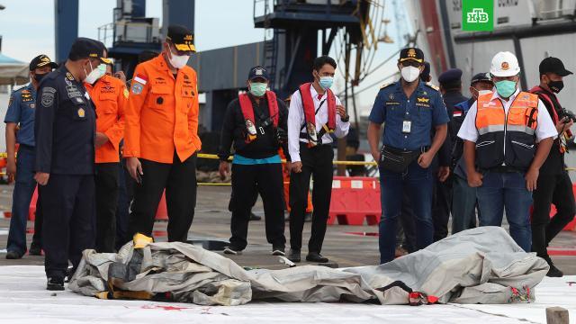 Спасатели вИндонезии обнаружили фрагменты тел после крушения Boeing.Boeing, Индонезия, авиационные катастрофы и происшествия, авиация, самолеты.НТВ.Ru: новости, видео, программы телеканала НТВ