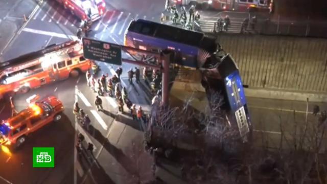 Автобус вНью-Йорке повис на эстакаде после ДТП.ДТП, Нью-Йорк, США, автобусы.НТВ.Ru: новости, видео, программы телеканала НТВ