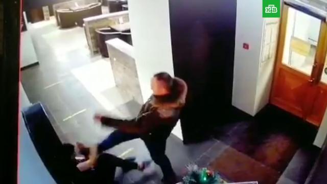 Мужчина ногами избил официантку за отказ продать ему водку.Санкт-Петербург, драки и избиения, жестокость, задержание, нападения, рестораны и кафе.НТВ.Ru: новости, видео, программы телеканала НТВ