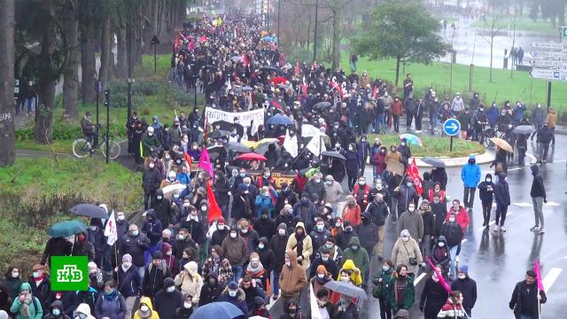 Митингующие во французском Нанте закидали жандармов петардами идымовыми шашками.Франция, беспорядки.НТВ.Ru: новости, видео, программы телеканала НТВ