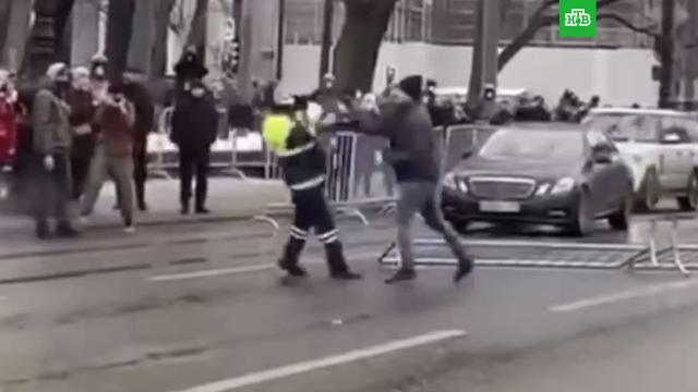 ВПетербурге завели дело на избившего полицейских митингующего.Навальный, Санкт-Петербург, Следственный комитет, драки и избиения, митинги и протесты, полиция.НТВ.Ru: новости, видео, программы телеканала НТВ