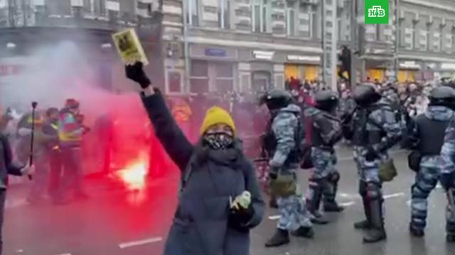 Протестующие устроили драку сОМОНом на Страстном бульваре.Москва, Навальный, драки и избиения, митинги и протесты.НТВ.Ru: новости, видео, программы телеканала НТВ