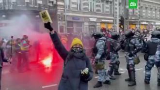Протестующие устроили драку сОМОНом на Страстном бульваре