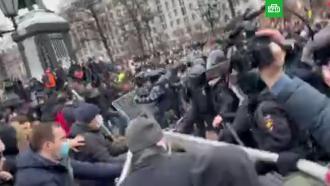 ОМОН оттеснил участников незаконного митинга сПушкинской площади