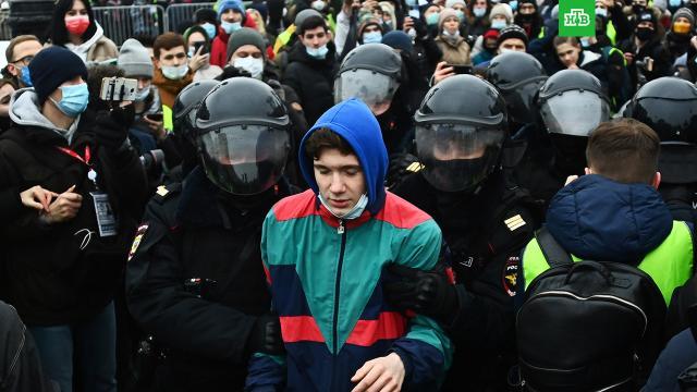 Еще четыре дела возбуждено после драк с полицией на митингах.Следственный комитет России возбудил еще четыре уголовных дела после столкновений с силовиками, которые устроили на незаконном митинге в Москве протестующие.драки и избиения, митинги и протесты, Москва, Следственный комитет.НТВ.Ru: новости, видео, программы телеканала НТВ