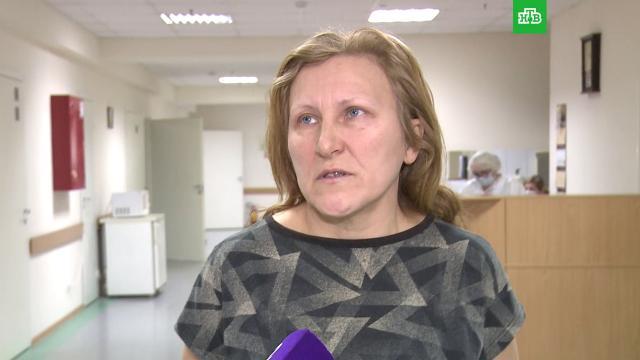 Ударивший участницу митинга боец ОМОН пришел кней вбольницу сцветами.ОМОН, митинги и протесты.НТВ.Ru: новости, видео, программы телеканала НТВ