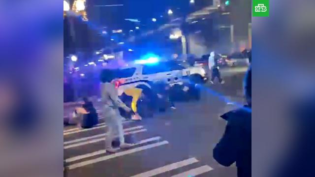 Полицейский внедорожник протаранил толпу на уличных гонках вСША.НТВ.Ru: новости, видео, программы телеканала НТВ