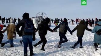 Участники несогласованной акции во Владивостоке водят хороводы на льду
