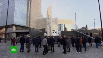 ВЕкатеринбурге возле «Ельцин Центра» почтили память первого президента России
