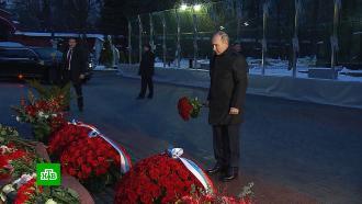 Путин возложил цветы кмогиле Ельцина