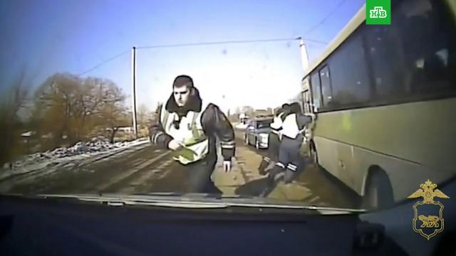 Пьяный житель Приморья угнал автобус и таранил полицейские машины.ДТП, Приморье, погоня, пьяные.НТВ.Ru: новости, видео, программы телеканала НТВ