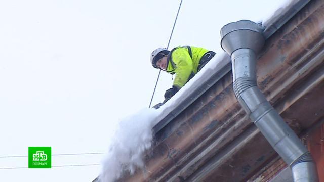 Питерские коммунальщики очищают крыши от снега вусиленном режиме.ЖКХ, Санкт-Петербург, снег.НТВ.Ru: новости, видео, программы телеканала НТВ