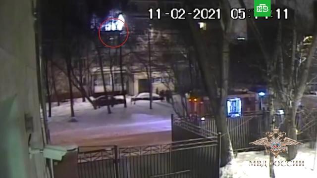 Полицейский спас женщину из огня, прыгнув сней на руках с4этажа.МВД, Москва, героизм, награды и премии, пожары.НТВ.Ru: новости, видео, программы телеканала НТВ