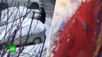 Питерские коммунальщики засыпали поврежденную ими машину снегом