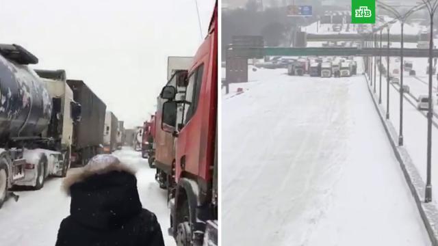 Выпавший вМоскве снег будут убирать три дня.зима, погода, погодные аномалии, снег.НТВ.Ru: новости, видео, программы телеканала НТВ