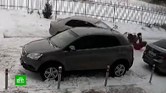 Следователи изучают видео наезда водителя на женщину сколяской