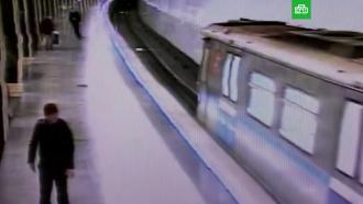 Хулиган бросил бутылку в лобовое стекло поезда в московском метро