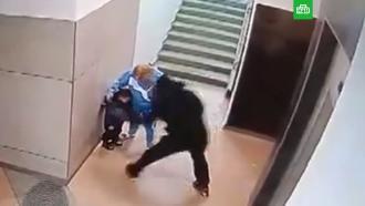 В Новосибирске дедушка жестоко избил внука в подъезде