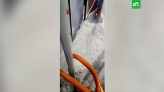 В Новосибирске снег с нечищенных дорог «затопил» салон трамвая
